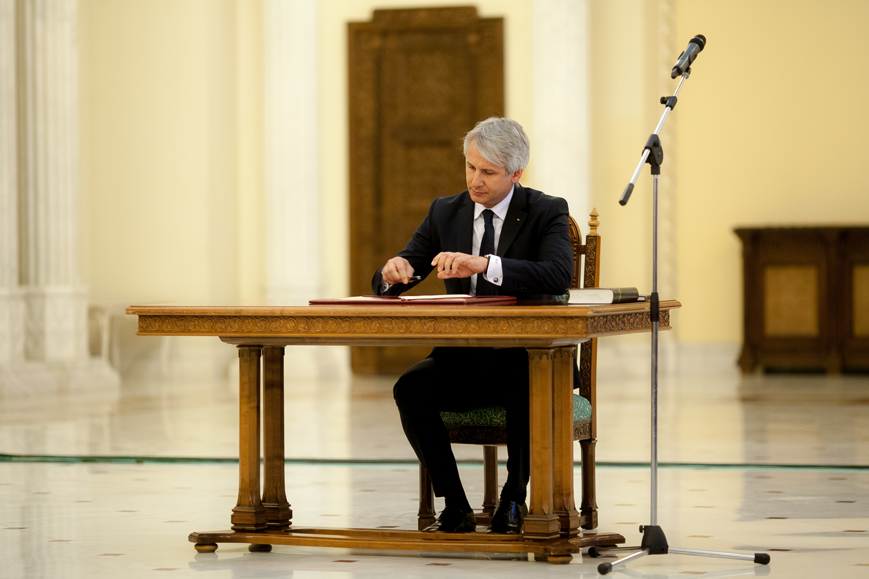 """Pe lângă înghețarea salariilor bugetarilor, ar putea urma și concedieri. PNL: """"Guvernul recunoaște că România e în criză"""""""