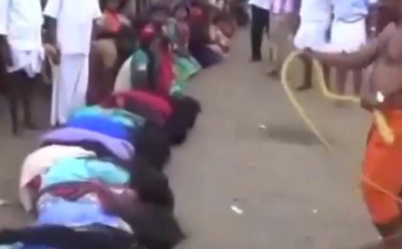 Ritual crud la un festival din India. Motivul pentru care femeile s-au lăsat biciuite