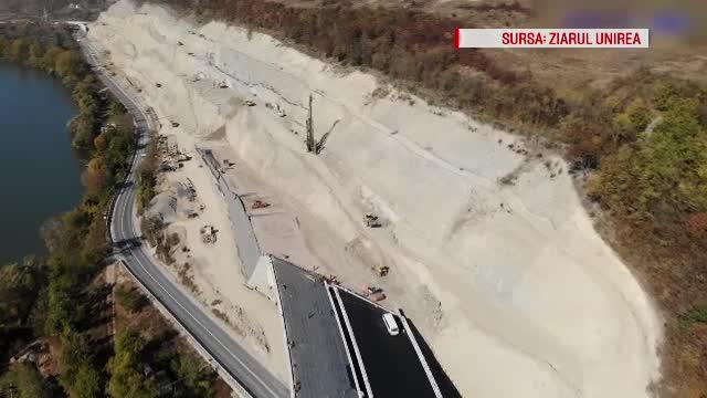 O nouă alunecare de teren pe autostrada care trebuia să fie gata acum doi ani