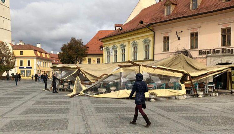Vântul a făcut ravagii în Sibiu: panou publicitar, terasă și acoperiș de bloc, spulberate