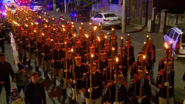 Defilare cu torțe pe străzi, în memoria ostașilor care s-au jertfit pentru țară, de Ziua Armatei