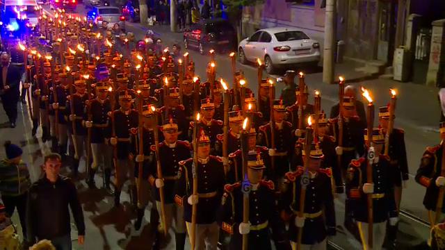 Defilare cu torțe pe străzi, în memoria ostașilor, de Ziua Armatei