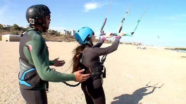 Instructorii români de kite surfing, examen pe litoral pentru a obține certificare internaţională