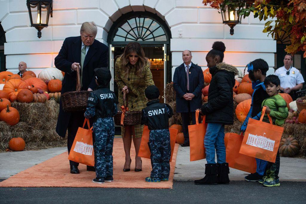 Donald Trump şi Melania au întâmpinat cu ciocolată şi bomboane zeci de copii costumaţi, în vizită la Casa Albă