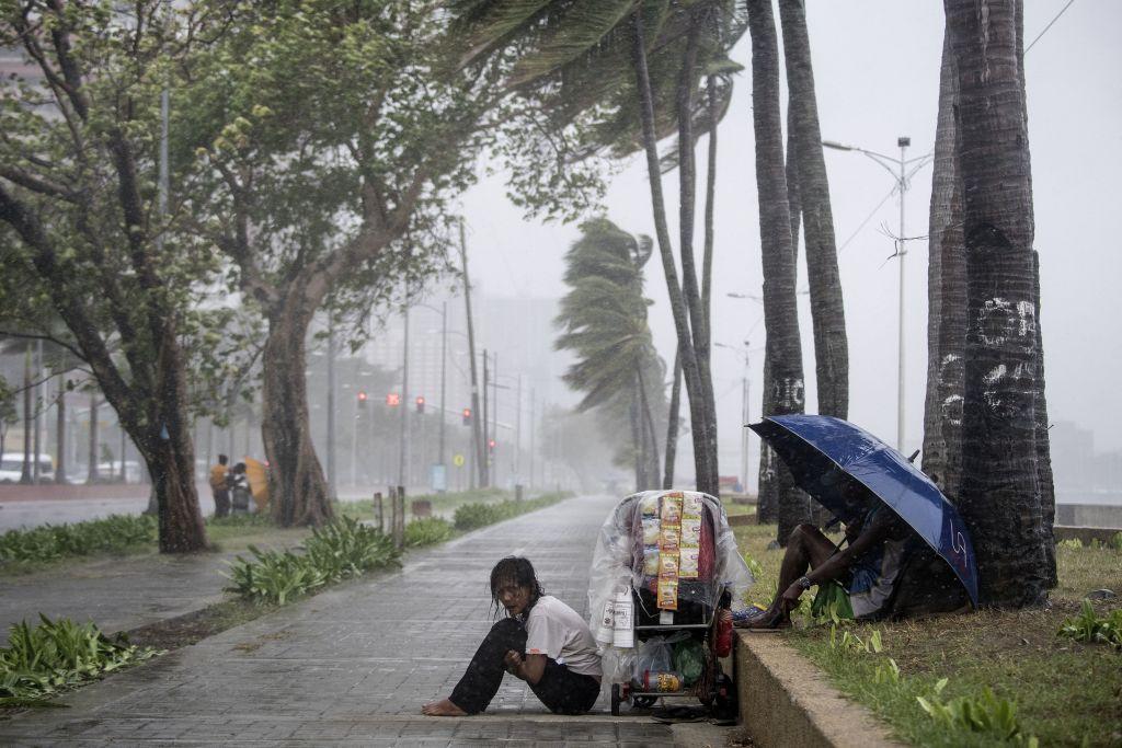 Taifun devastator în Filipine, în acelaşi timp cu o alunecare de teren. Zeci de oameni, prinşi sub pământ