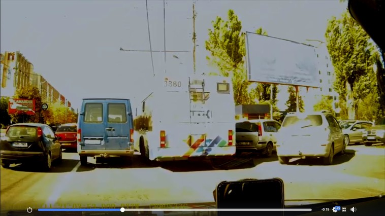 Impactul dintre un Porsche și un troleibuz, filmat. Șoferița avea 43 de amenzi