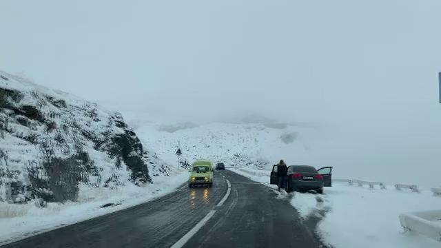Zăpada a început să facă probleme în țară. Turiști blocați de viscol pe Transalpina