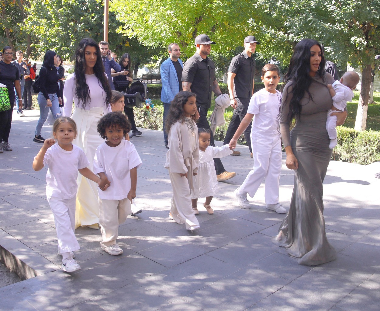 Imagini de la botezul copiilor lui Kim Kardashian din Armenia
