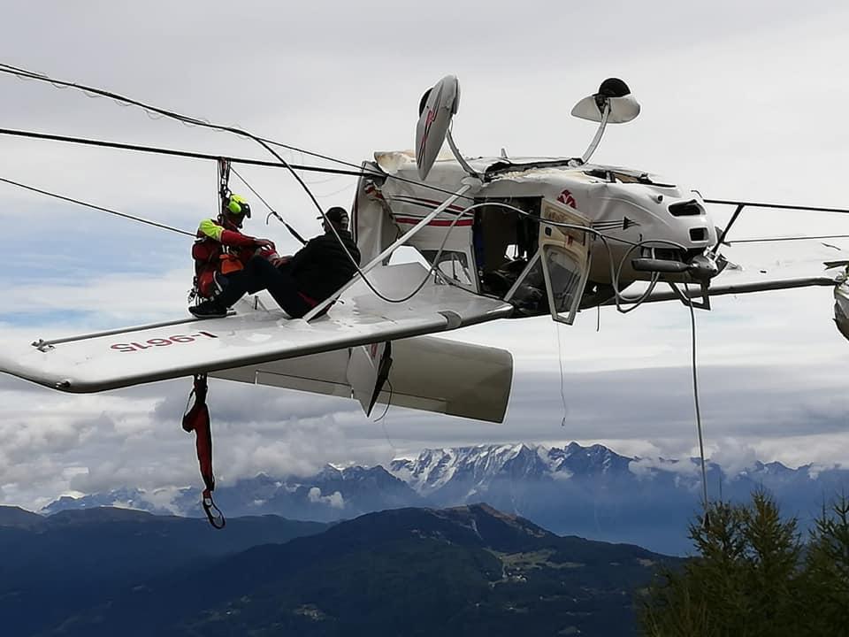 Accident aviatic în Alpii Italieni. S-au așezat pe aripa avionului, așteptând fie salvați