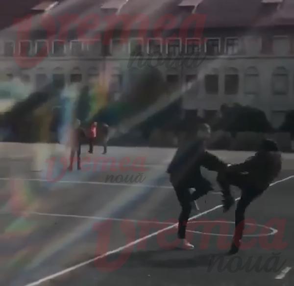 Bătaie între 2 eleve, în curtea unui liceu. De la ce a pornit conflictul. VIDEO