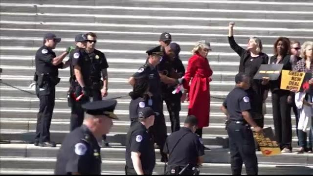 Momentul în care actrița Jane Fonda este încătușată de poliție