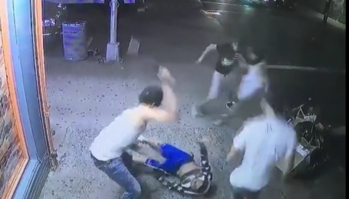Gestul facut de membrii unei bande, in timp ce primeau inchisoare pe viata