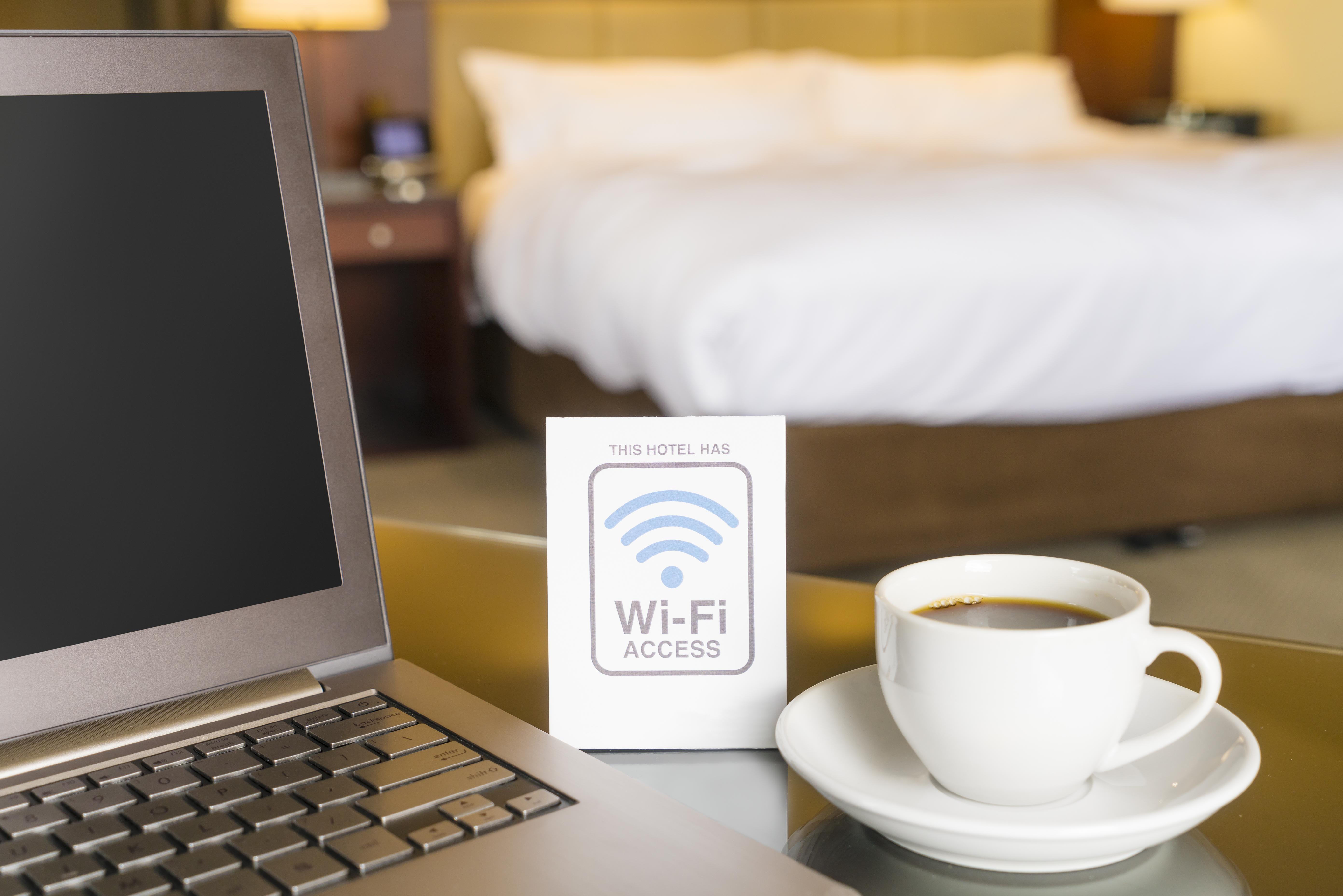 Turiștii din hotelurile de lux, spionați prin rețeaua Wi-Fi. Cum funcționează mecanismul