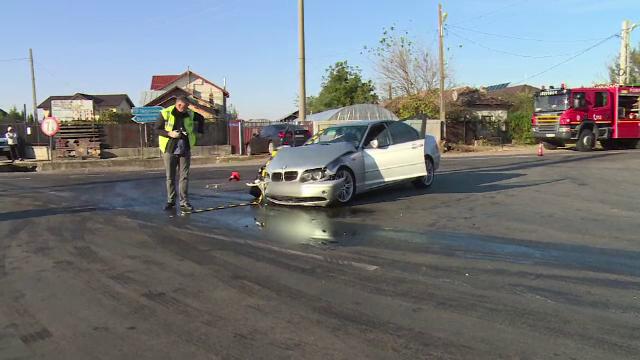 """Accident provocat de șoferul unui BMW care a fost """"orbit de soare"""". 3 persoane au fost rănite"""