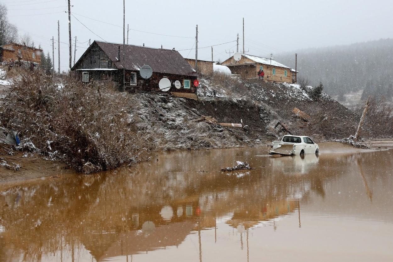 Dezastru provocat de surparea unui baraj la o mină de aur. Peste 13 persoane au murit