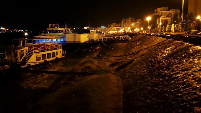 """Societatea de canalizare din Tulcea deversează dejecţii în Dunăre. Imaginile surprinse noaptea de """"Inspectorul PRO"""""""