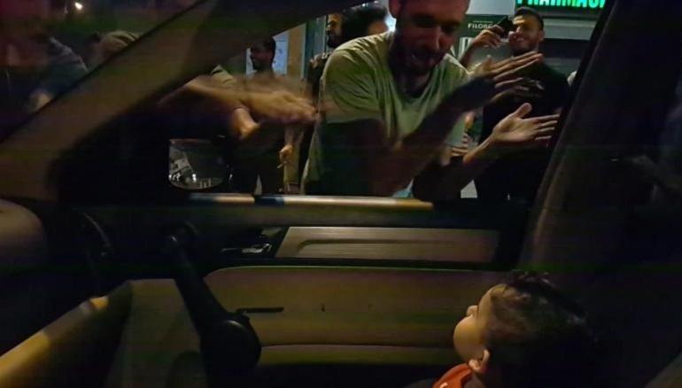 Video viral. Protestatarii din Beirut s-au oprit din scandat pentru a-i cânta unui copil speriat