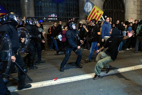 Proteste violente în Barcelona. Manifestanții au aruncat cu pietre, sticle și bile colorate