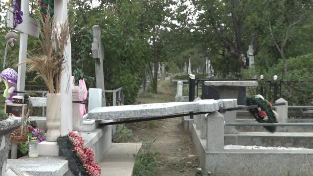 Cimitir din Galați, vandalizat de doi adolescenți. 130 de morminte au fost distruse