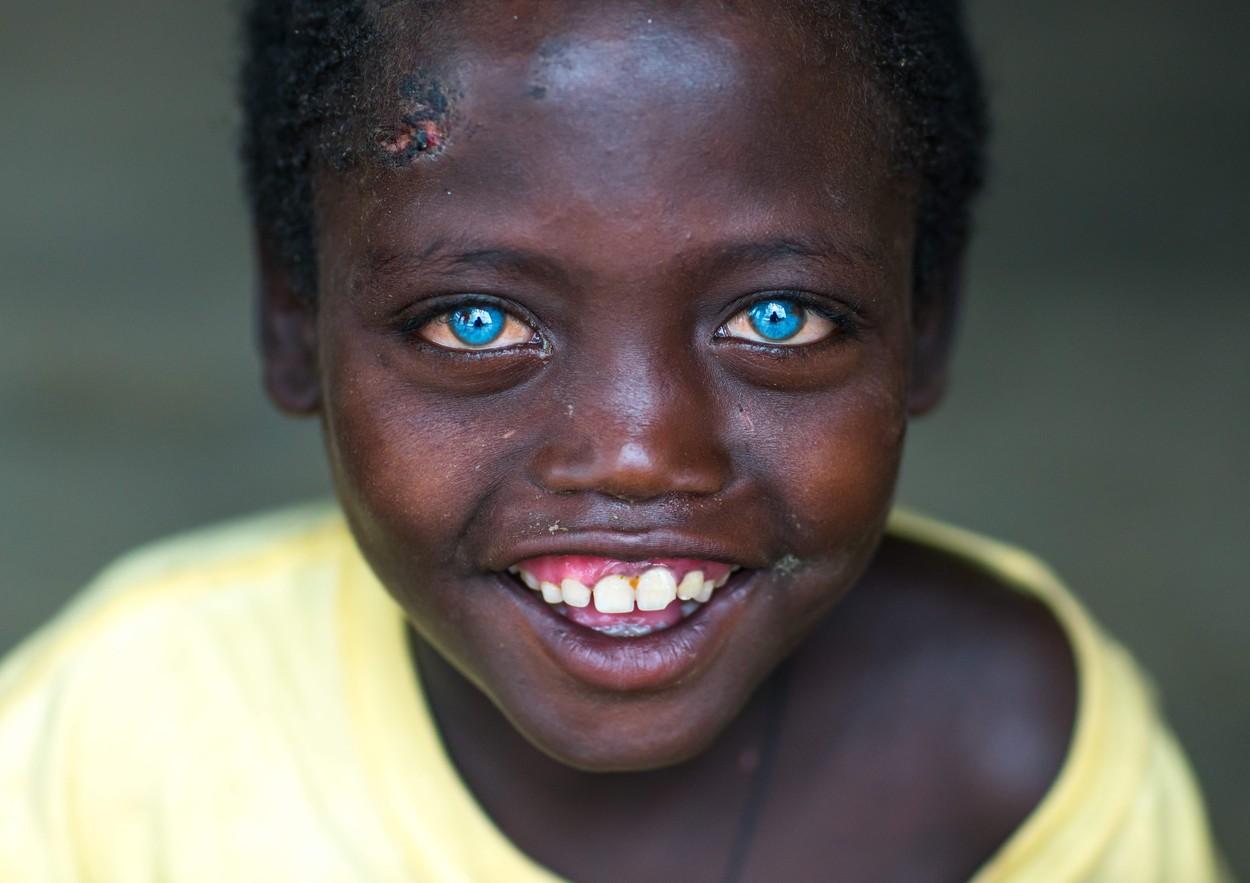 Toți membrii unui trib din Indonezia au ochii albaștri. Care este explicația