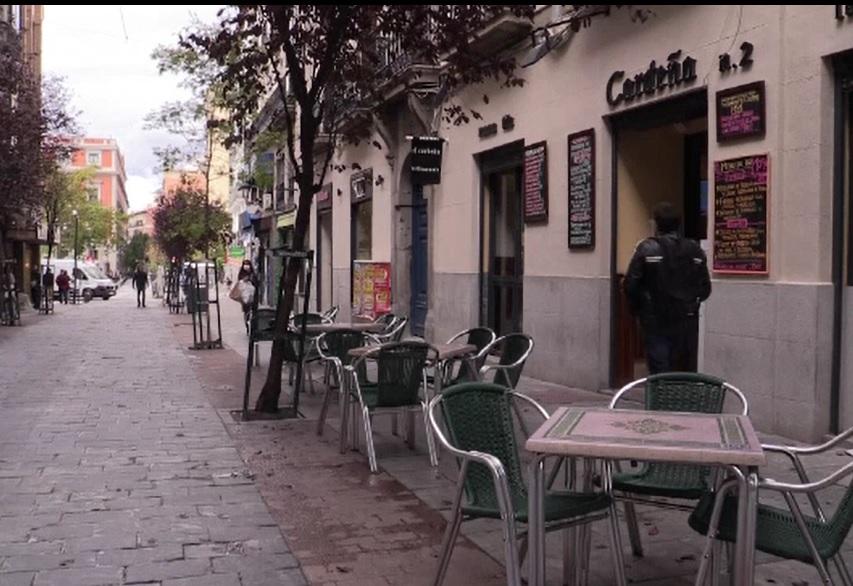 Barurile şi cafenelele din Paris se închid 2 săptămâni. Mai multe țări introduc noi restricții
