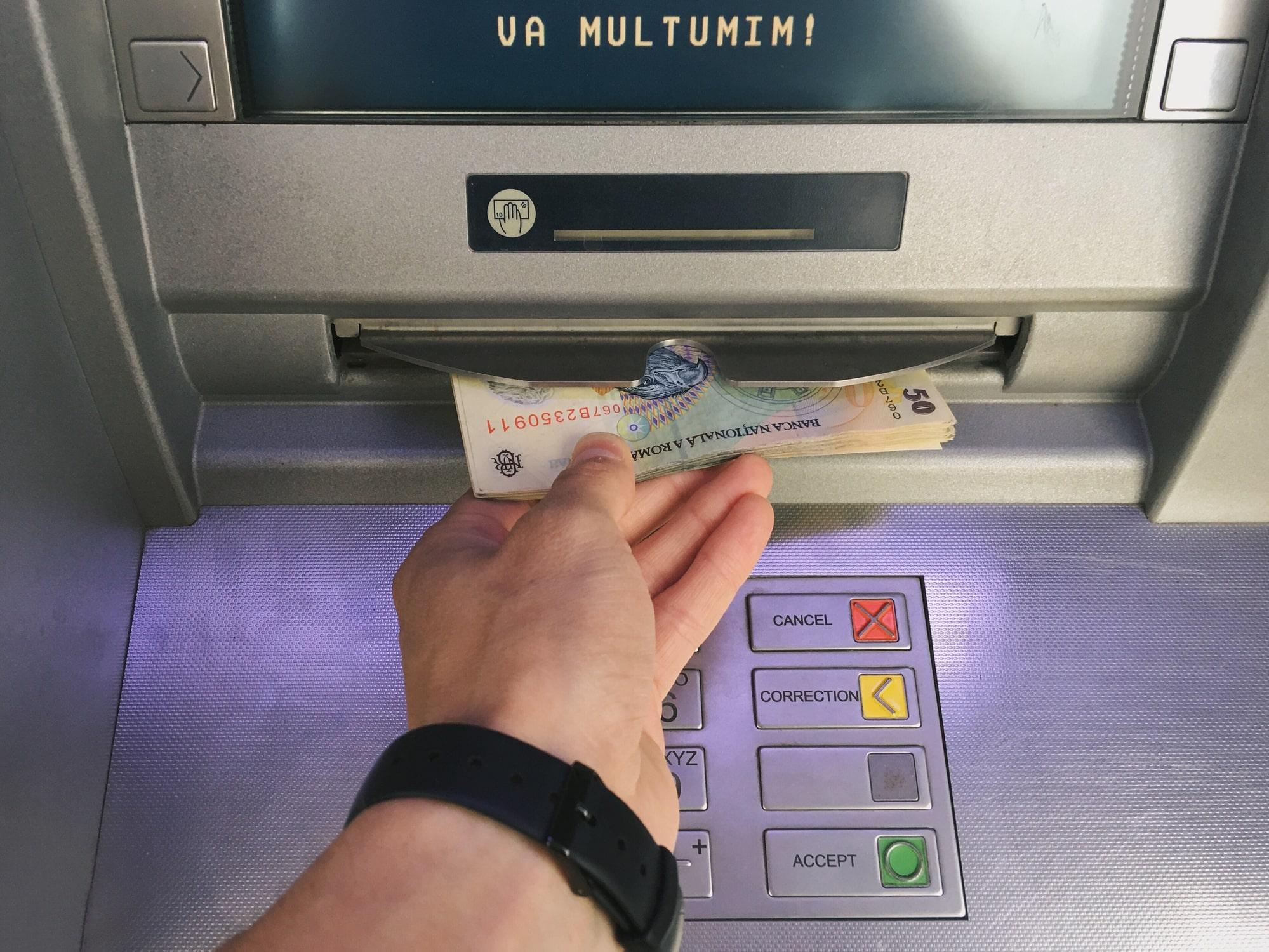 Bancă din România, amendată pentru că a dezvăluit că un client a cerut bani pentru
