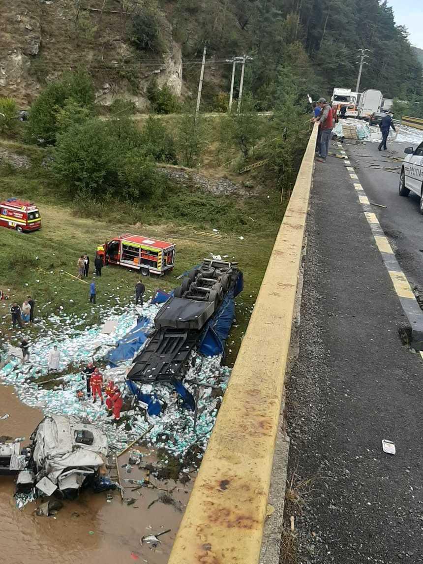 Accident tulburător în județul Vâlcea. Un șofer a murit strivit, după ce camionul lui a căzut de pe un pod într-un râu. VIDEO