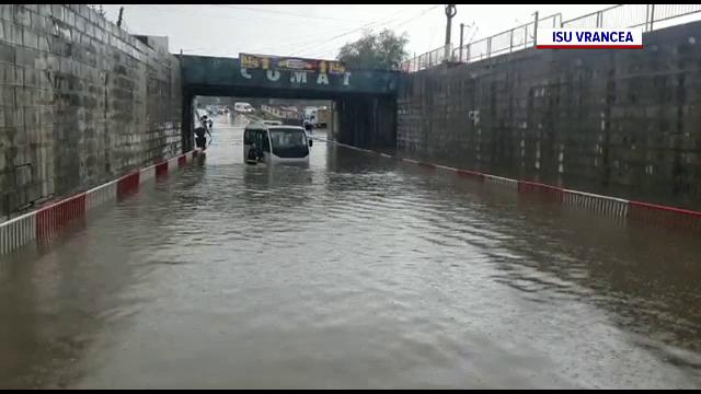 Inundații la Focșani după o ploaie de câteva minute. Un autobuz și o mașină au rămas blocate în apă