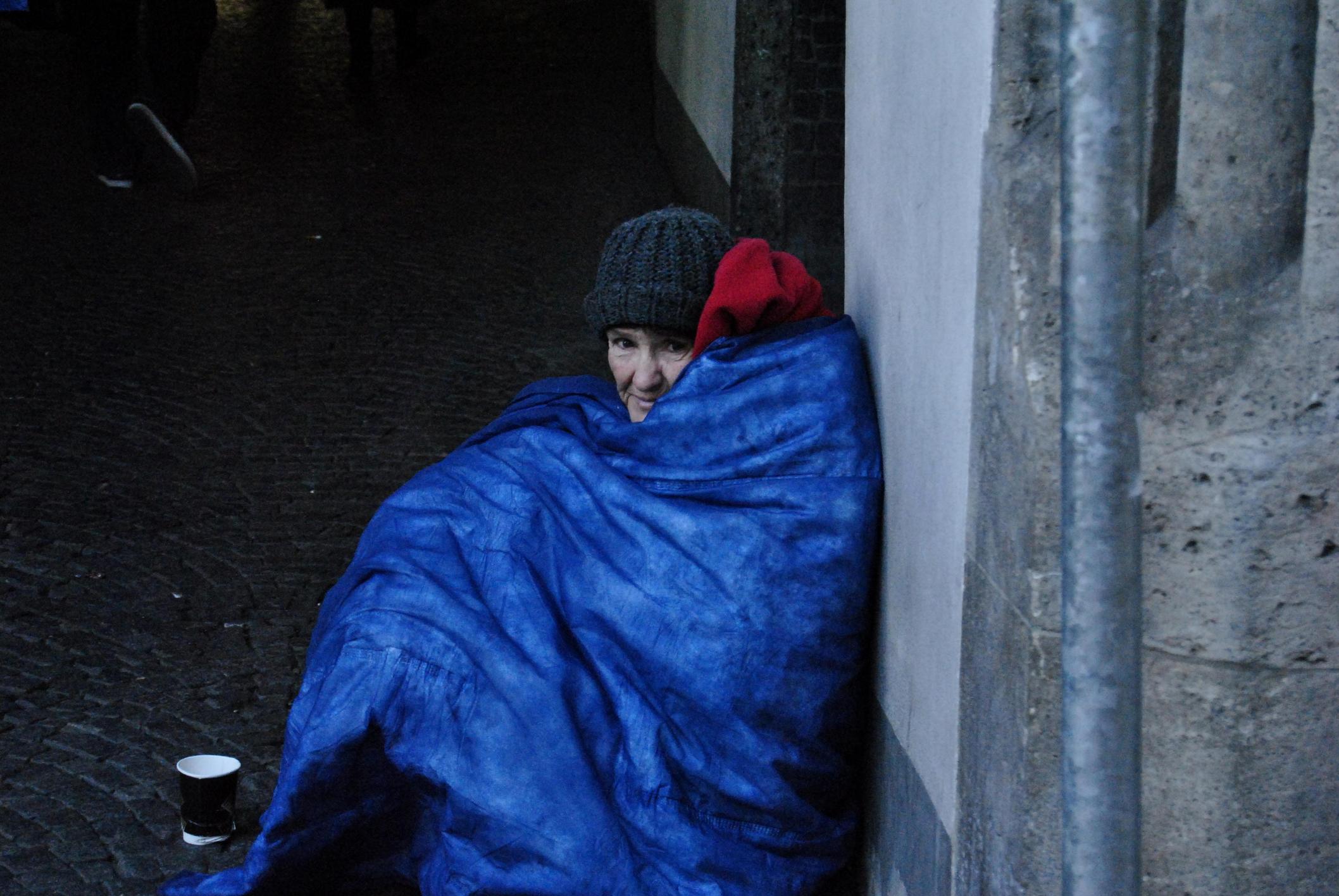 Direcţia de Asistenţă Socială primește haine groase pentru oamenii fără adăpost din Bucureşti