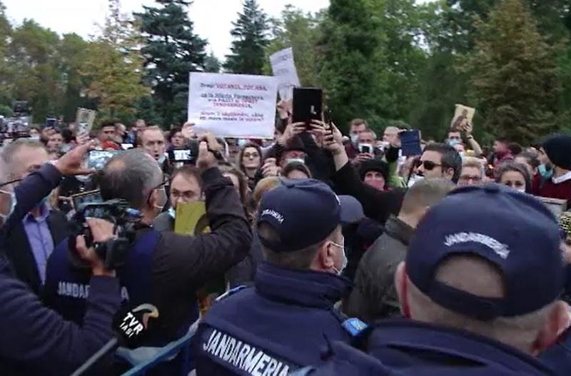 Sute de oameni au protestat la Iași, la Sfânta Parascheva: