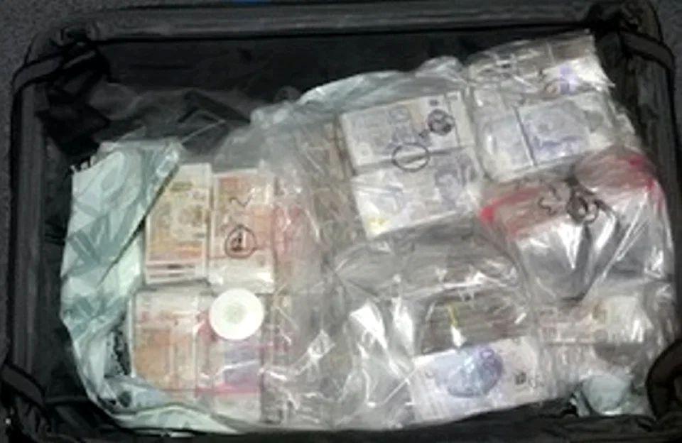 O femeie a încercat să scoată din Anglia 2 milioane de lire sterline. Unde le-a ascuns