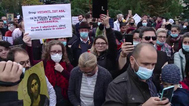 """Protest cu sute de credincioși, după anularea pelerinajului de Sf. Parascheva: """"Am venit să mă rog, mi-au dat o pancartă"""""""