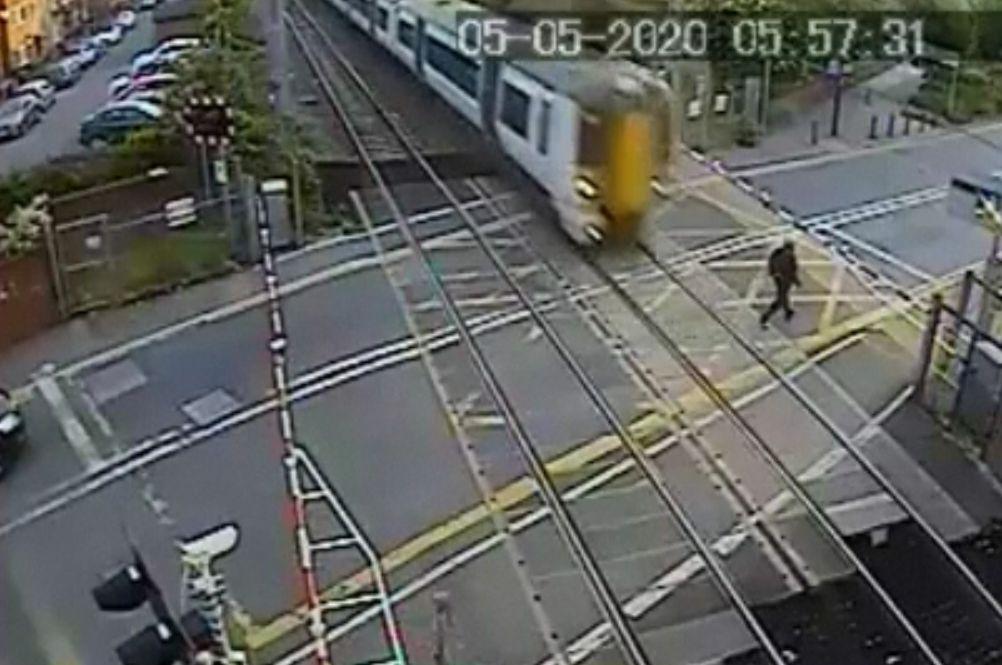 Momentul în care un tren trece la câțiva centimetri de un bărbat. Ce căuta omul pe calea ferată