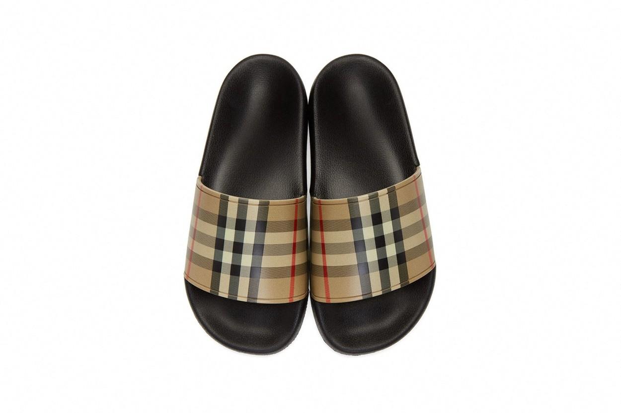 Burberry a pus la vânzare o nouă pereche de papuci de casă de lux. Ce preț au. GALERIE FOTO