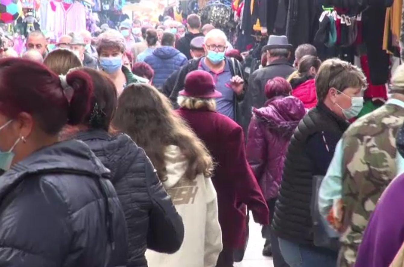 Oamenii nu poartă masca nici în orașe cu multe cazuri de coronavirus. Ce scuze au