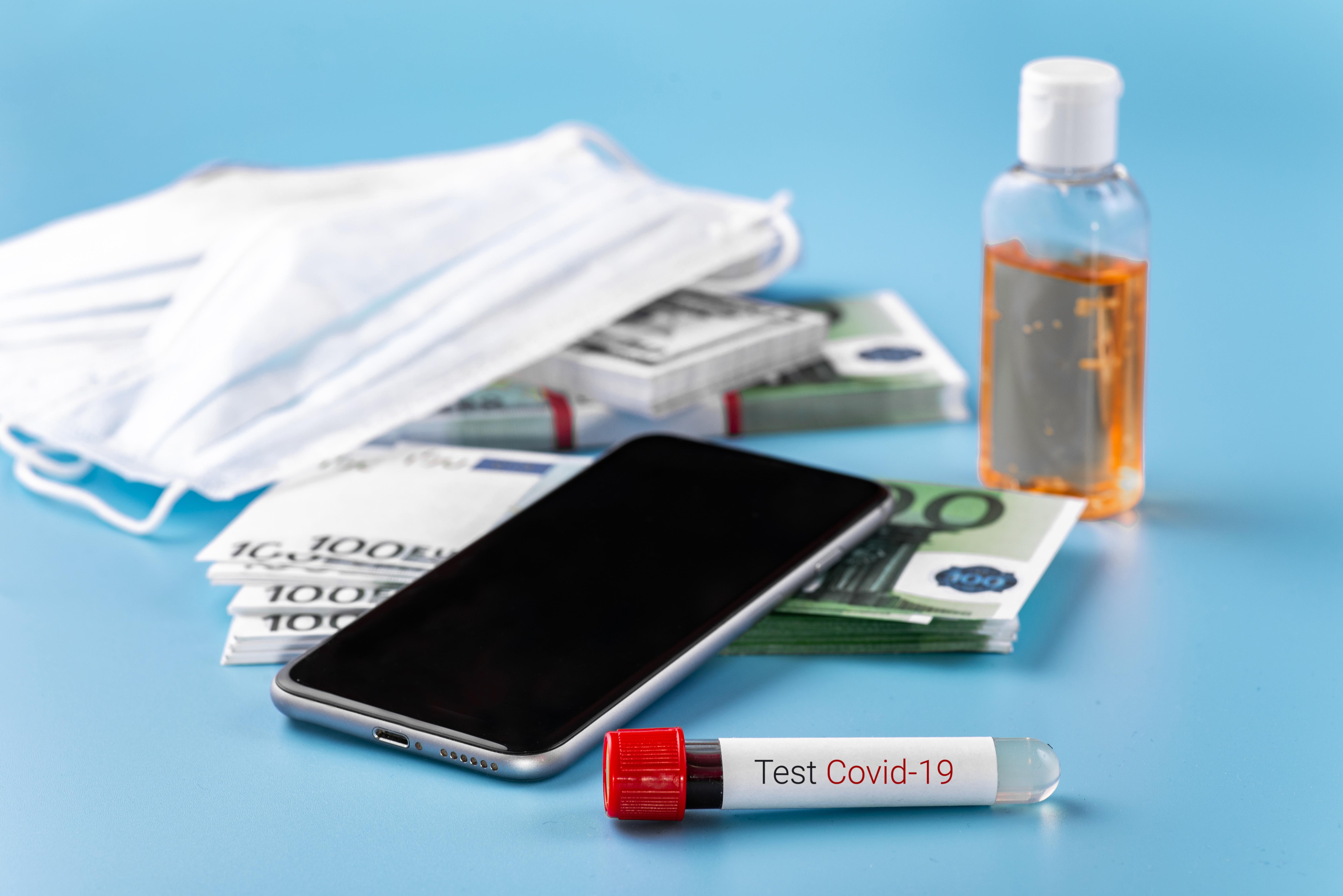 Studiu: Covid-19 poate supraviețui pe bani sau telefoane mobile până la 28 de zile