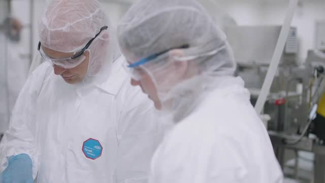Johnson&Johnson suspendă testele clinice cu vaccinul anti Covid. Un participant s-a îmbolnăvit