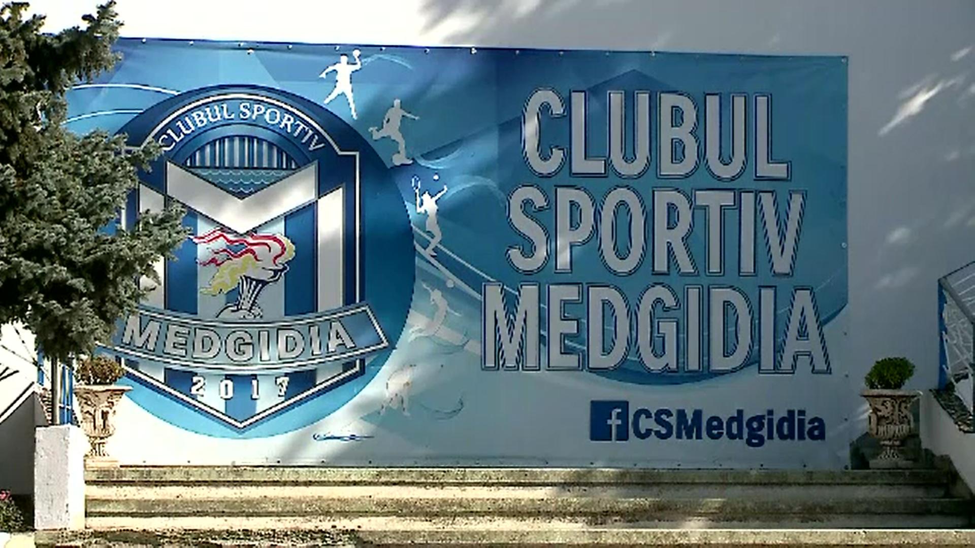 Un antrenor de volei din Medgidia a fost arestat pentru pornografie infantilă. Ce le făcea elevelor