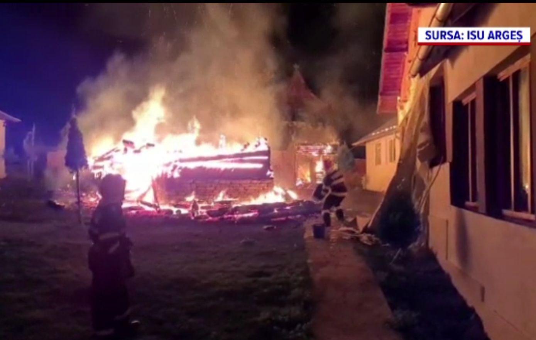Un schit din Stoenești s-a făcut scrum. Ce ar fi provocat incendiul