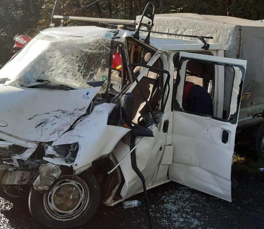 Un autocar plin cu oameni și o dubă s-au ciocnit în Argeș. Opt persoane sunt rănite