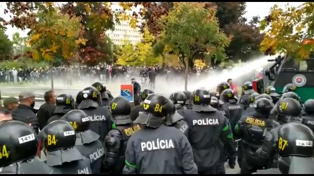 Sute de demonstranți au încercat să ia cu asalt sediul guvernului slovac