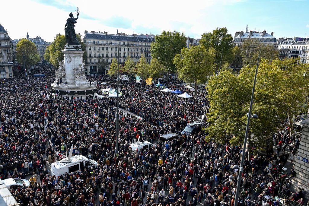 Zeci de mii de francezi au ieșit în stradă pentru a-l omagia pe profesorul decapitat în Paris