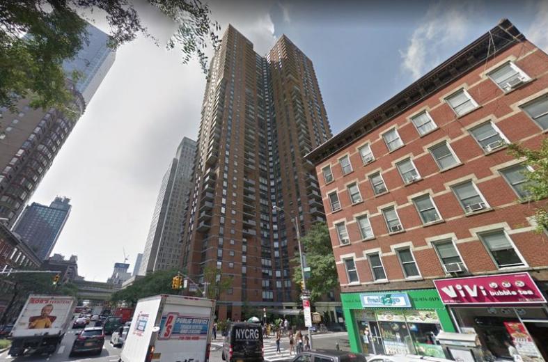 Un copil de 13 ani a murit, după ce a căzut de la balcon în timp ce își scria temele. Reacția părinților