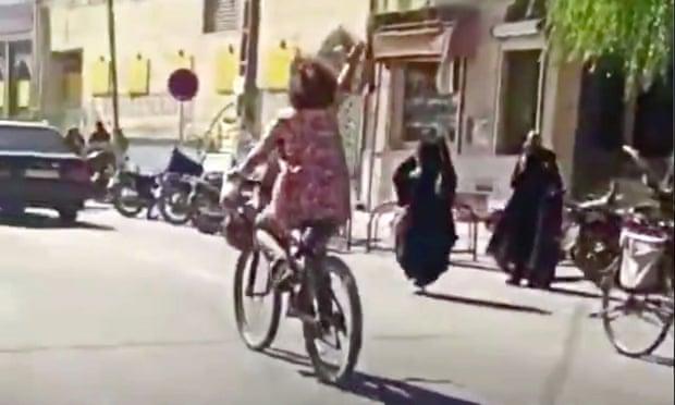 Fată filmată fără văl, pe bicicletă, în Iran. A fost arestată