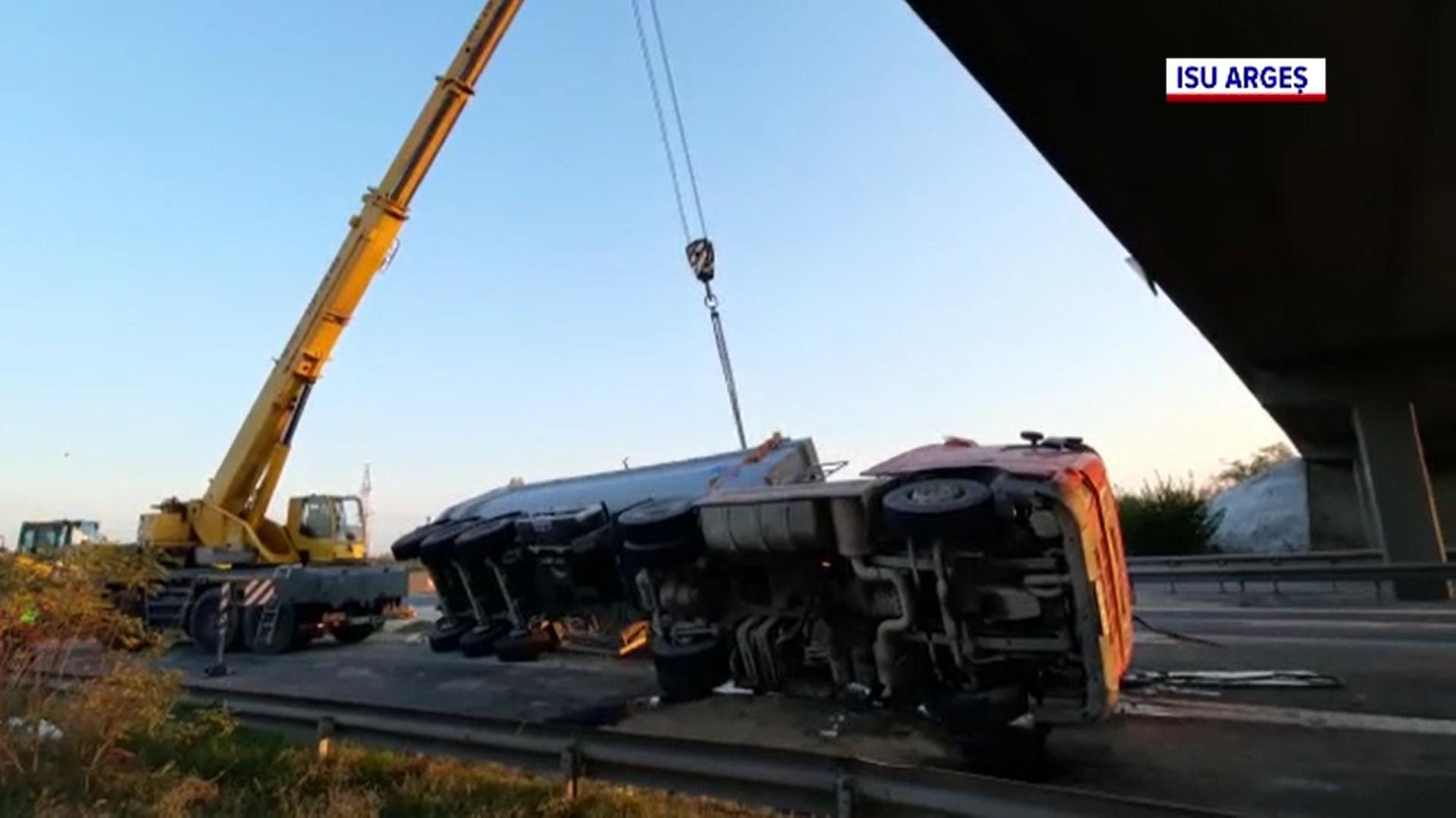 Un camion încărcat cu pietriș s-a răsturnat pe autostrada București-Pitești la kilometrul 89