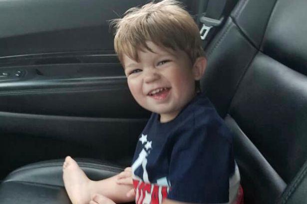 Un copil de 2 ani a murit după ce mama sa l-a abandonat în mașină ca să meargă la o petrecere