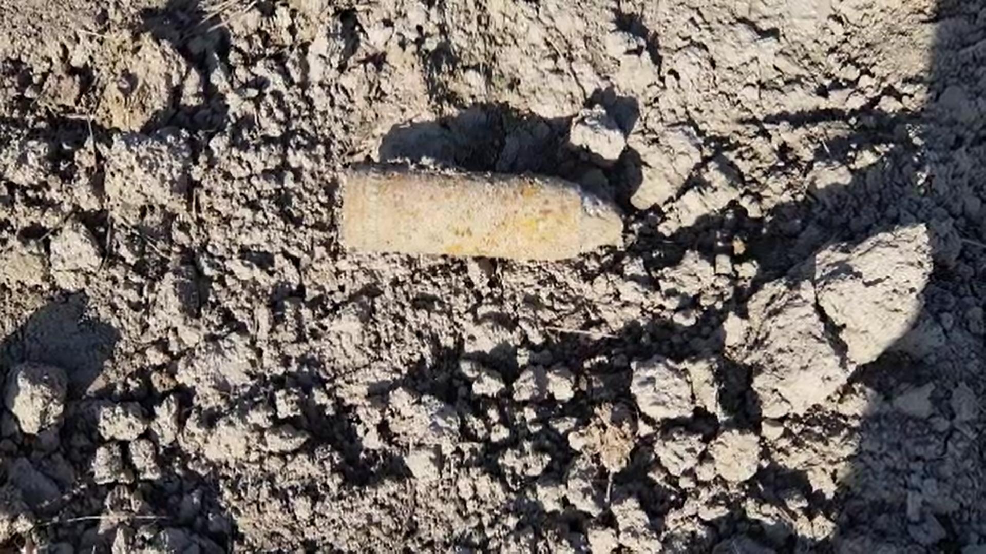 Un agricultor din Dâmboviţa a decoperit o bombă în timp ce ara pământul