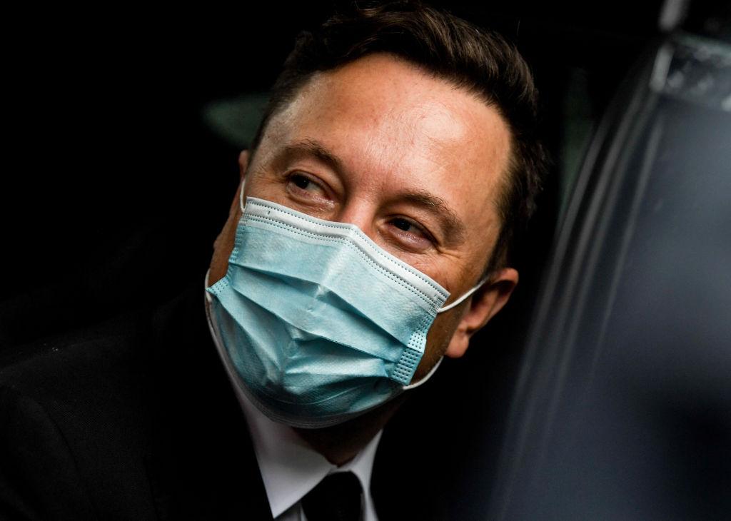 """Elon Musk l-a contactat pe şeful Apple cu propunerea de a-i vinde Tesla: """"El a refuzat să ne întâlnim"""""""