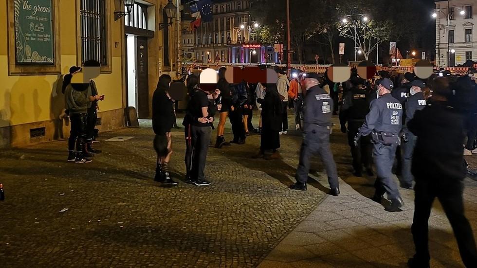 Petrecere pentru amatorii de fetişuri, dispersată de poliția din Berlin. Erau sute de participanţi