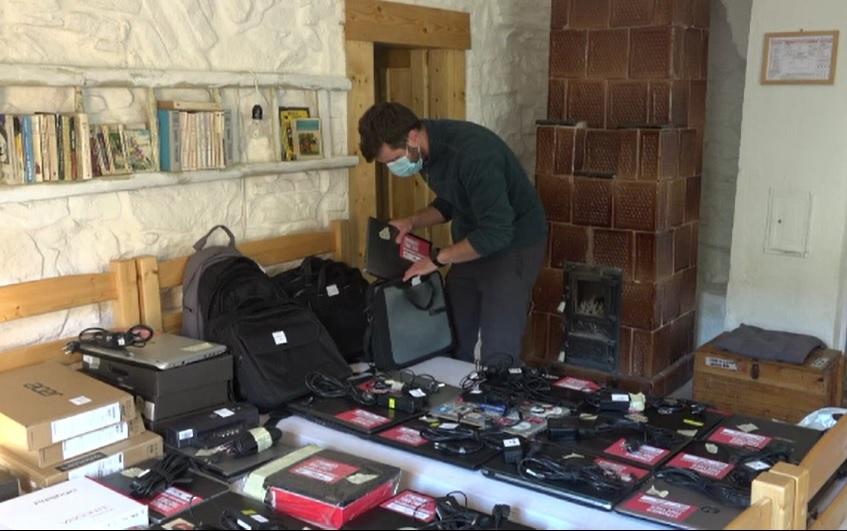 Laptopuri la schimb cu nopți de cazare. Inițiativa care îi va ajuta pe elevii din Roșia Montană